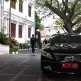 Kendaraan dinas pimpinan DPRD Kota Malang yang terparkir di halaman utama gedung DPRD Kota Malang (Pipit Anggraeni/MalangTIMES).