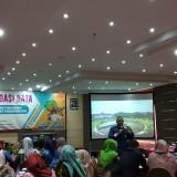 Kepala Barenlitbang Kota Malang Erik Setyo Santoso (berdiri) saat mengisi acara Forum Validasi Data yang digelar di Hotel Aria Gajayana Malang, Jumat (15/2/2019) (Pipit Anggraeni/MalangTIMES).