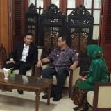 Wagub Jatim,  Emil Dardak (berjas hitam) saat bertemu dengan Plt Bupati Tulungagung,  Maryoto Birowo (foto:  Joko Pramono/Jatim Times)