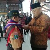 Penyematan slayer pramuka sebagai simbol pemberangkatan pramuka ke Jakarta oleh Wabup Malang Sanusi, Jumat (15/02/2019) di Pendapa Kabupaten Malang (foto: Nana/ MalangTIMES)