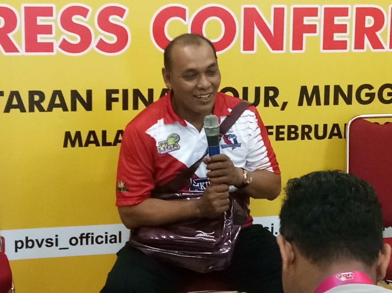 Pelatih Surabaya Bhayangkara  Samator Ibarsjah Djanu Tjahjono usai timnya menghadapi BNI 46 di GOR Ken Arok, Jumat (15/2/2019).