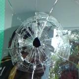 Inilah kaca pecah yang dilakukan dengan menggunakan batu dan ketapel (Foto : Moch. R. Abdul Fatah / Jatim TIMES)