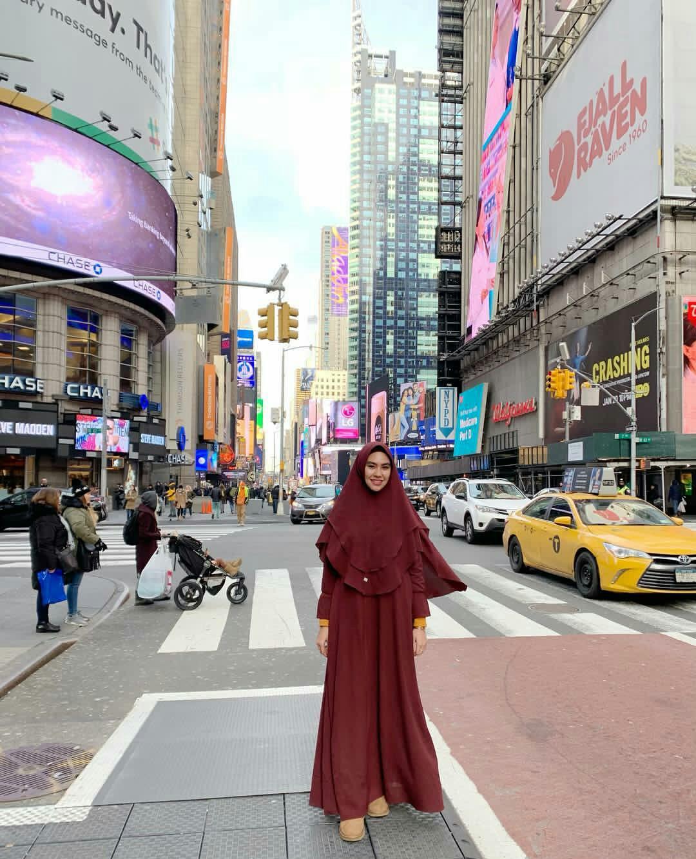 Kartika Putri di New York (Foto: Instagram)
