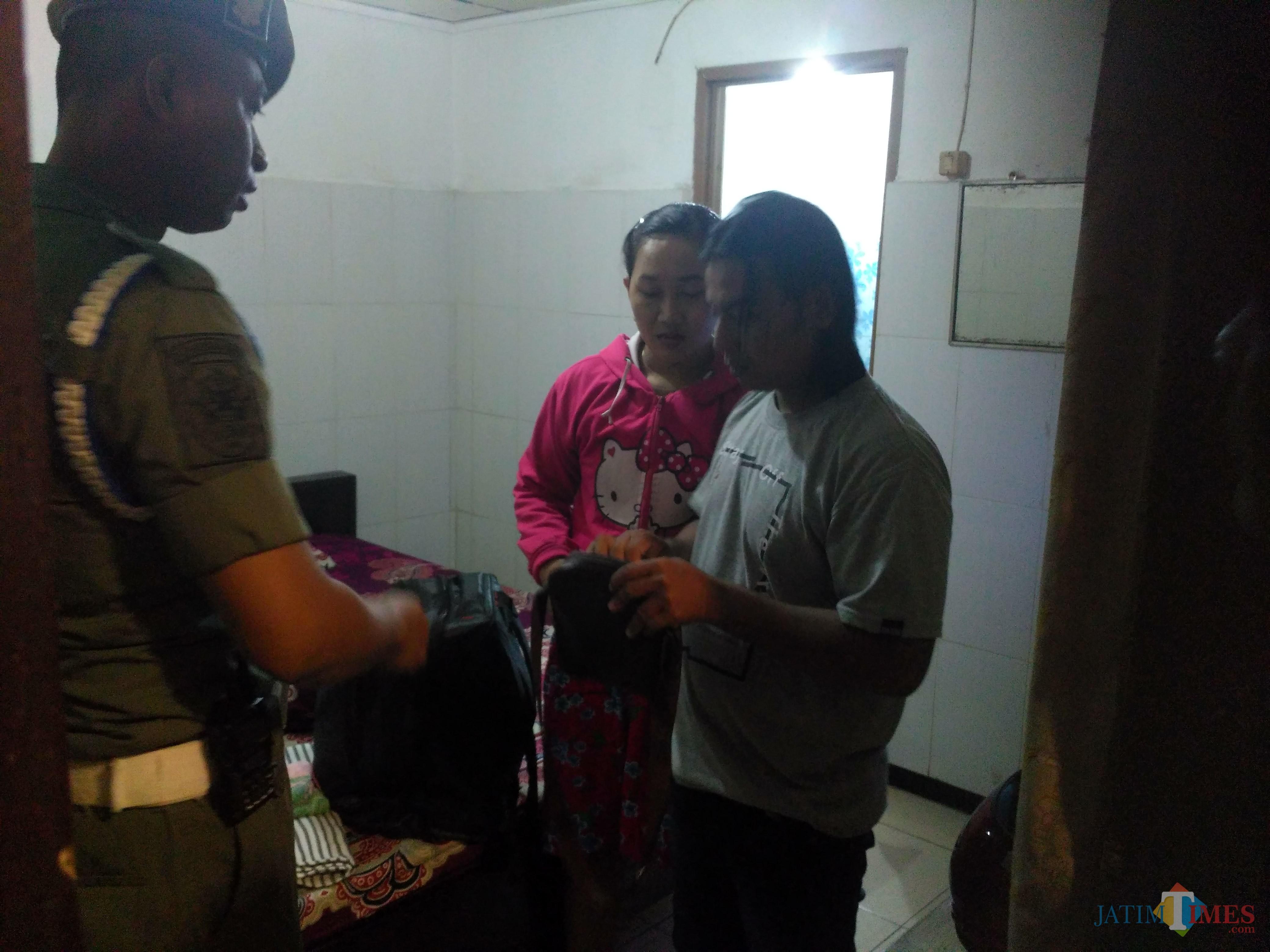 Pasangan saat digrebek beralasan sedang urus durat buat nikah, padahal rumah mereka bukan fi Tulungagung (Foto : Anang Basso / TulungagungTIMES)