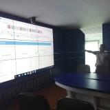 Operator Command Center Diskominfo saat memperlihatkan grafik data di layar lebar (Nana)