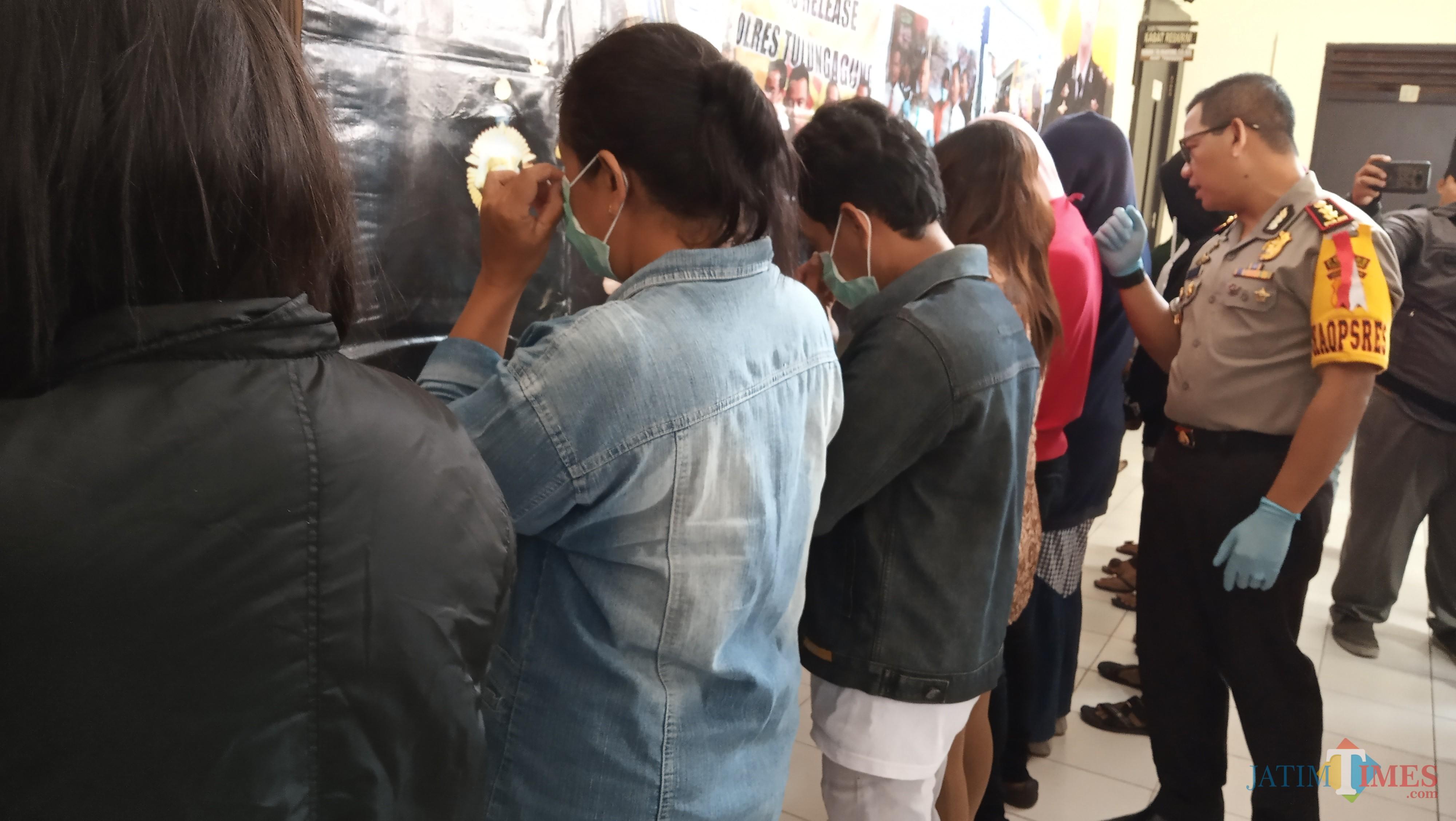 Kapolres Tulungagung, AKBP Tofik Sukendar saat menasehati pasangan yang terjaring razia (foto :  joko pramono/jatimtimes)