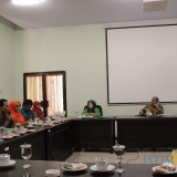 Anggota Komisi A menerima pemaparan dari perwakilan honorer K2 dan BKDPP Kabupaten Jombang saat hearing di ruang Komisi A DPRD Jombang. (Foto : Adi Rosul / JombangTIMES)