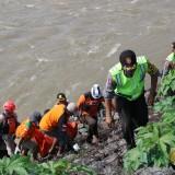Proses evakuasi mayat yang dilakukan oleh kepolisian dan tim SAR gabungan. (Foto : Adi Rosul / JombangTIMES)
