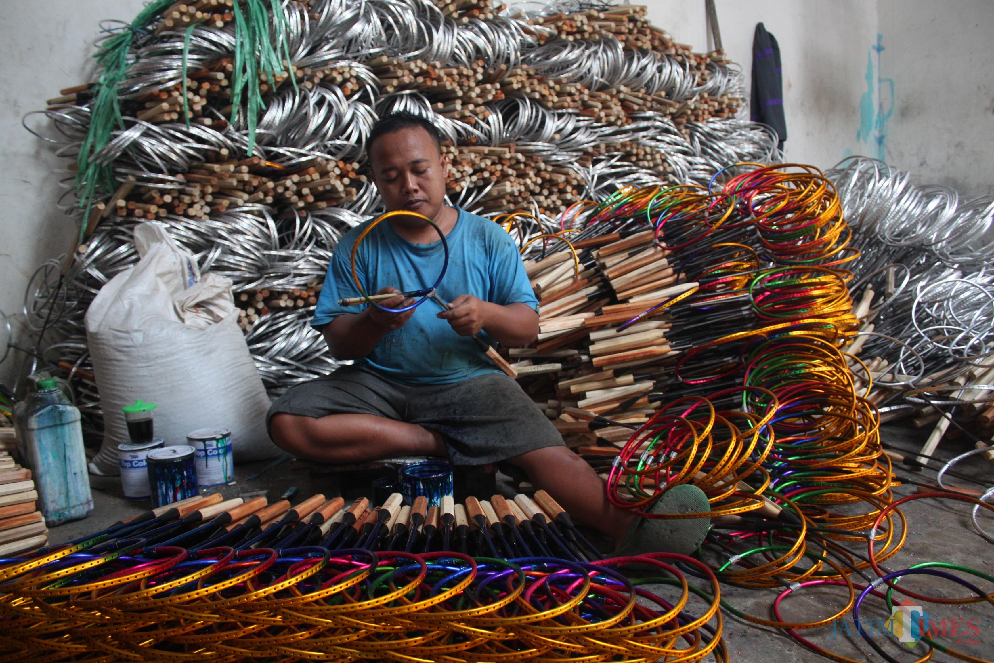 Proses pengecatan batang raket di Ken Sport (foto - foto Luqmanul Hakim)
