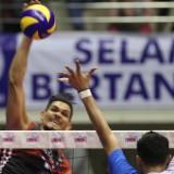 Blocking pemain Jakarta Pertamina Energi dari smes pemain Surabaya Bhayangkara Samator. (istimewa)