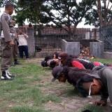 Anak punk dihukum push up oleh satpol PP. (foto:  Joko Pramono/Jatim Times)