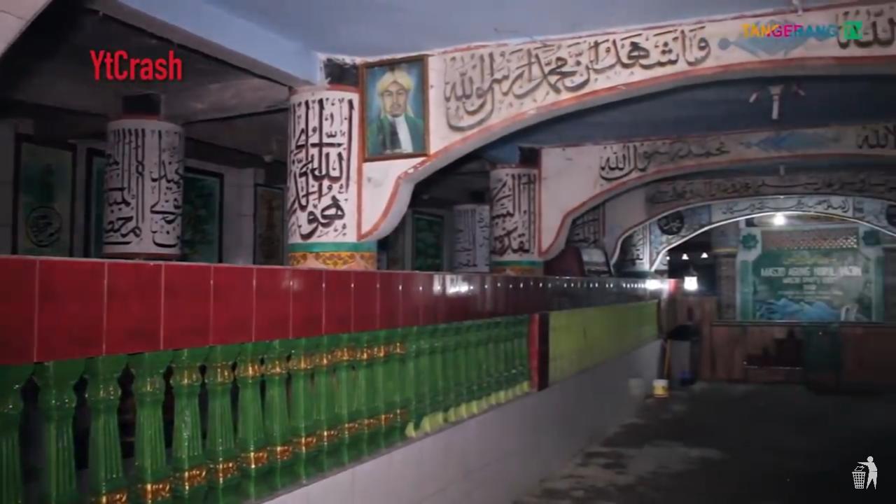 Masjid yang berada di Tangerang ini lebih dikenal dengan masjid seribu pintu.