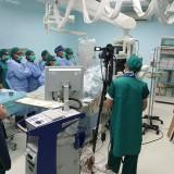 Peserta pelatihan melihat langsung proses pemasangan ring jantung di ruang intervensi jantung. (foto:  Joko Pramono/Jatim Times)