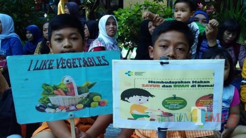 Siswa SDN Bandulan 2 saat kampanye gemar makan sayur (Foto: Imarotul Izzah/MalangTIMES)