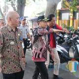 Wali Kota Malang Sutiaji (tengah) saat meninjau macet Jl Bandung ( MalangTimes )