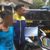 JPS (Baju Biru Muda) tersangka pencurian kotak amal saat digelandang polisi ke UPPA Polres Malang, Kecamatan Kepanjen (Foto : Ashaq Lupito / MalangTIMES)