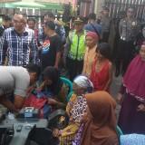 Kapolres Kediri saat memberikan bantuan kepada lansia. (eko Arif s /JatimTimes)