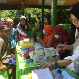Ratusan warga saat menjalani pengobatan gratis yang diadakan YBM-PLN beserta beberapa instansi terkait, Kabupaten Malang (Foto : Ashaq Lupito / MalangTIMES)