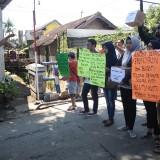 Aksi protes warga kepada Pemkab Malang di atas jembatan Dermo yang terletak Di RT 1