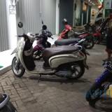 Disinilah, di depan tempat kerjanya  motor Ainur diparkir (Agus Salam/Jatim TIMES)
