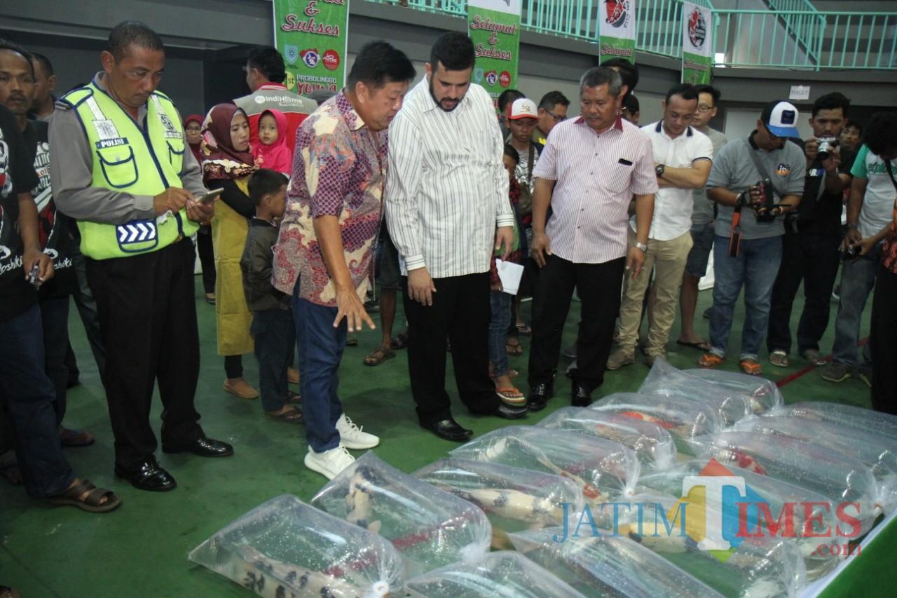 Habib Hadi Zainal Abidin, saat meninjau gelaran ikan KOI (Agus Salam/Jatim TIMES)
