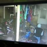Pelaku yang terekam CCTV mencuri motor (istimewa)