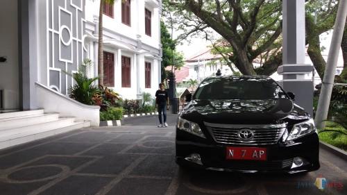 Mobil dinas pimpinan DPRD Kota Malang yang terparkir di halaman gedung DPRD Kota Malang. (Pipit Anggraeni/MalangTIMES).