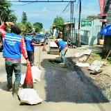 Salah satu pemeliharaan jalan oleh petugas DPUPR di Kota Batu beberapa saat lalu. (Foto: Irsya Richa/MalangTIMES)