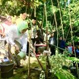 Wali Kota Batu Dewanti Rumpoko saat menanam pohon dalam selamatan�Sumber Andhong�di�Kampoeng Wisata De Berran, Dusun Gondorejo, Desa Oro-Oro Ombo, Kecamatan Batu.�Minggu (17/2/2019). (Foto: Irsya Richa/MalangTIMES)