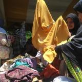 Ratusan warga saat menyerbu pembagian pakaian layak pakai secara gratis  di Ponpes Tarbiyatul Qur�an Al Falah, Kabupaten Malang (Foto : Ashaq Lupito / MalangTIMES)