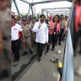 Gubernur Jatim Khofifah Indar Parawansa saat menyusuri Sungai Brantas