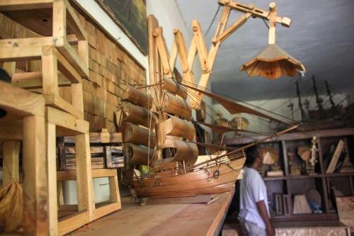 Berbagai display woodcraft yang dipajang di workshop milik Bannet.