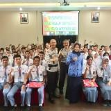 Wali Kota Batu Dewanti Rumpoko dan Waka Polres Batu Kompol Zein Mawardi saat berfoto bersama 95 pelajar di Rupatama Polres Batu, Senin (18/2/2019). (Foto: Irsya Richa/MalangTIMES)