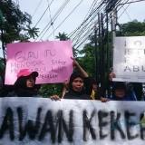 Aksi massa Aliansi Masyarakat Tolak Kekerasan Seksual di kantor Dinas Pendidikan Kota Malang. (Foto: Imarotul Izzah/MalangTIMES)