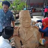 Bondan dan para kaum peduli memahat patung Bung Karno.(Foto : Team BlitarTIMES)