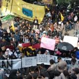 Demo Aliansi Masyarakat Tolak Kekerasan Seksual di Dinas Pendidikan (Foto: Imarotul Izzah/MalangTIMES)