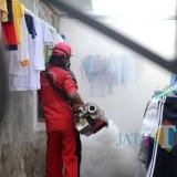 Dinas Kesehatan Kabupaten Kediri saat memberikan fogging salah satu rumah warga. (Eko Arif S /JatimTIMES)