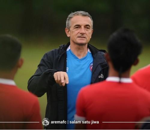 Milomir Seslija saat memberikan arahan kepada pemain Arema FC. (official Arema FC)