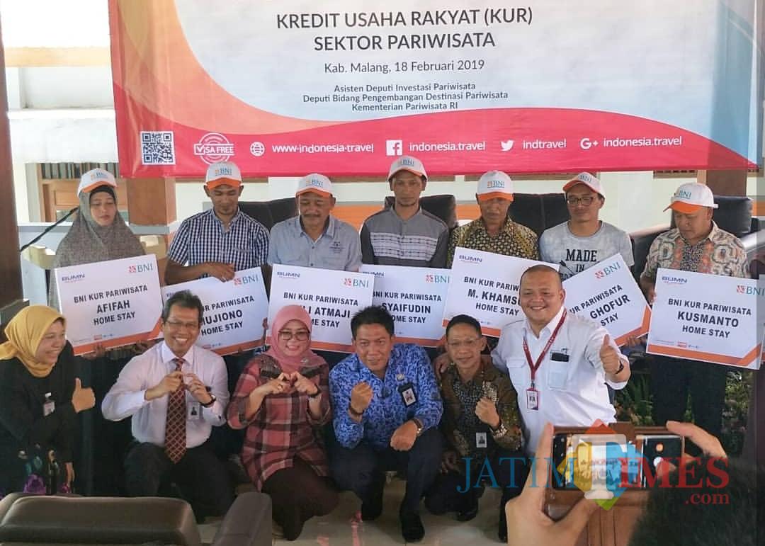 Kepala Disparbud Kabupaten Malang Made Arya (3 dari kanan jongkok) bersama Hj Jajuk Rendra Kresna bersama pelaku industri pariwisata (Disparbud Kab Malang)
