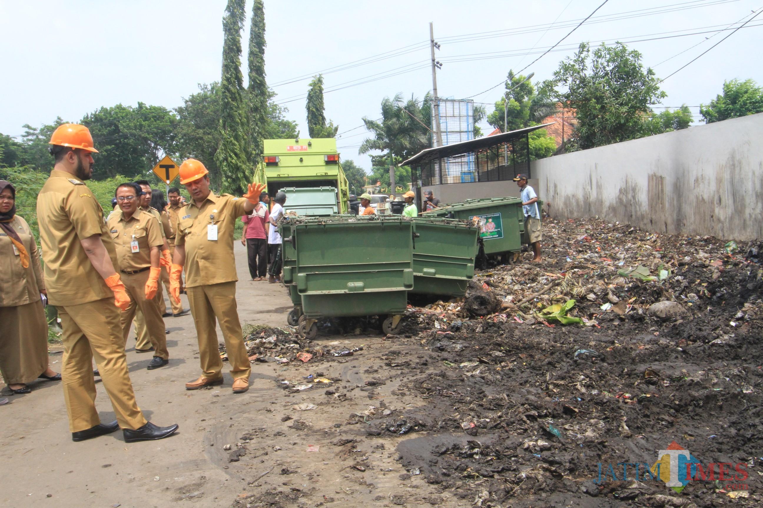 Wali Kota dan Wakil Wali Kota Probolinggo saat meninjau sambil kerja bakti di TPS Kedopok yang sampahnya meresahkan warga (Agus Salam/Jatim TIMES)