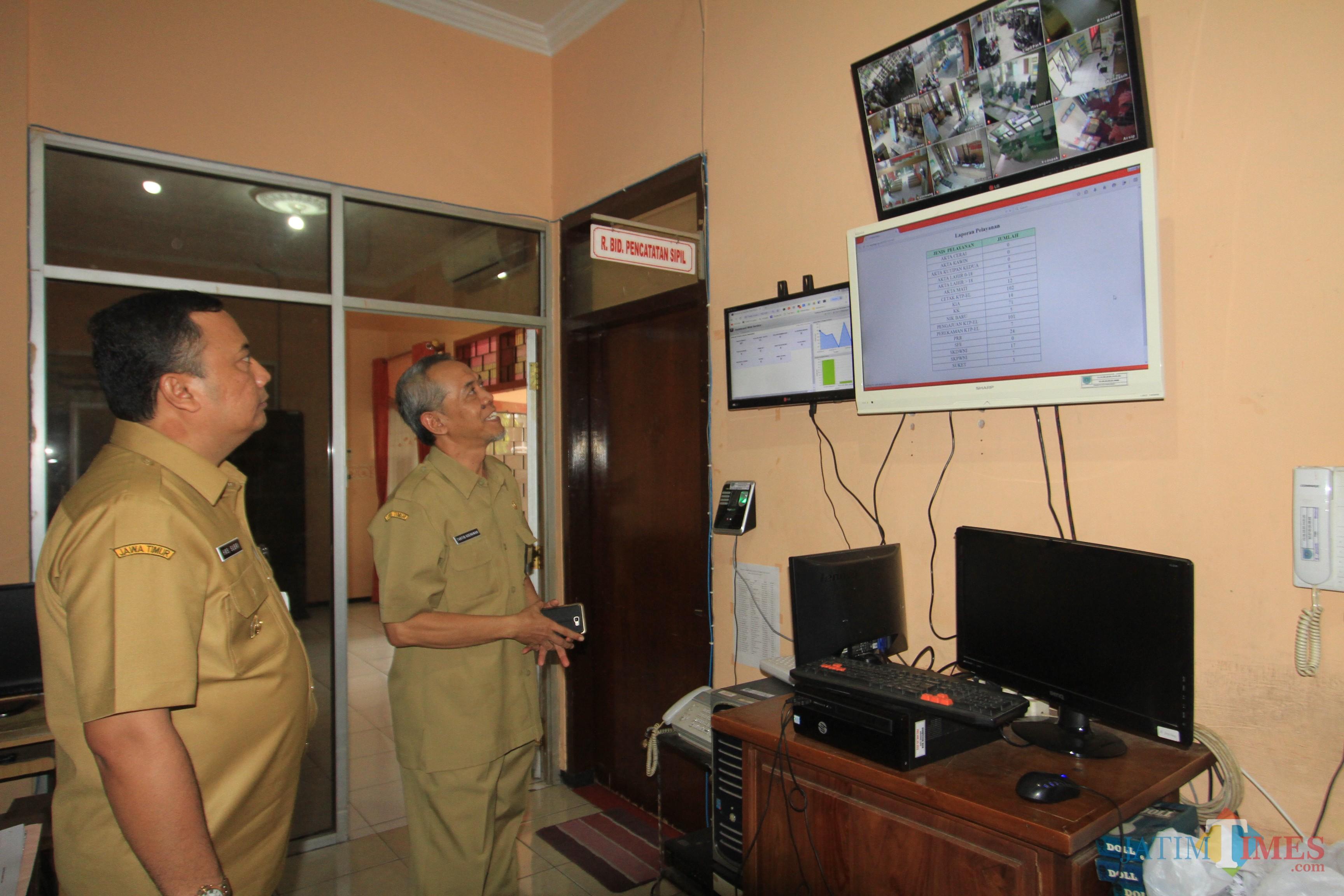 Wakil Wali Kota Probolinggo HMS Subri saat melihat data kependudukan di kantor Dispendukcapil (Agus Salam/Jatim TIMES)