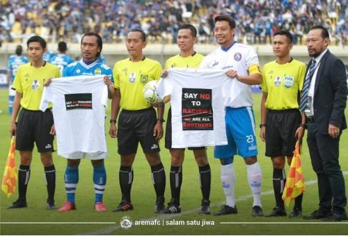 Hamka Hamzah (Arema FC) dan Hariono (Persib) saat menyerukan perdamaian antar suporter (official Arema FC)