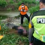 Polisi evakuasi mayat korban yang ditemukan di lapangan pacuan kuda.