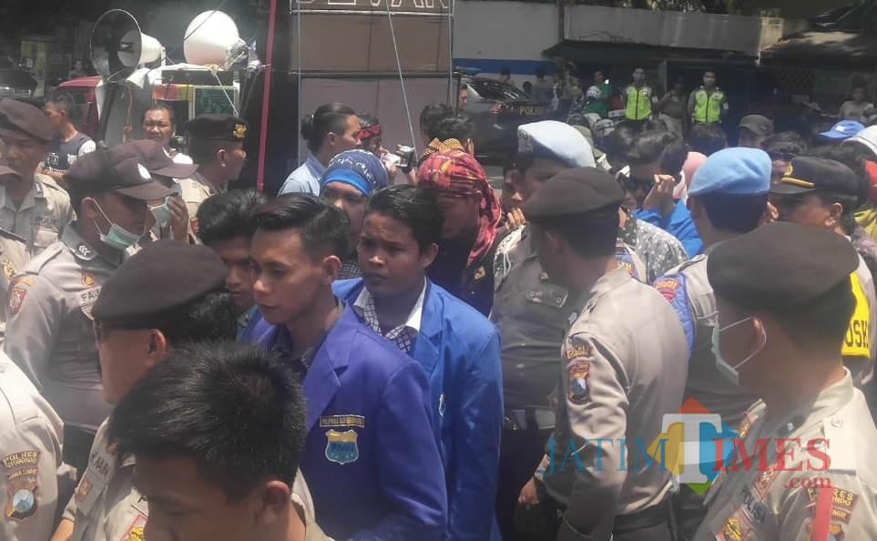 PMII saat gelar aksi demo di depan Kantor DPRD Situbondo (Foto Heru Hartanto/Situbondo TIMES)