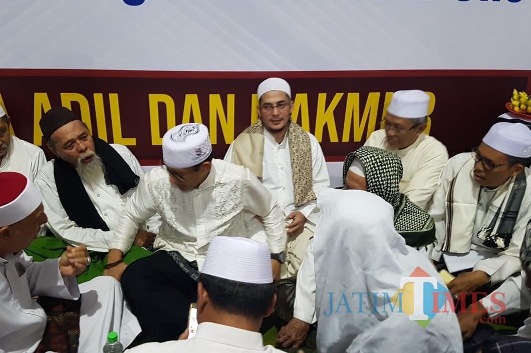 Para habaib dan ulama Pasuruan bersama Sandiaga Uno.