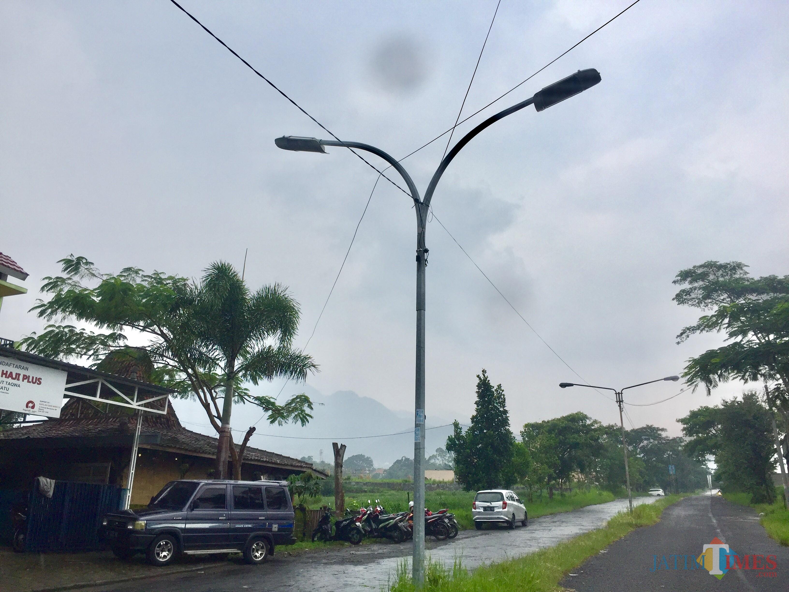 Penerangan jalan di JalanSutan Hasan Halim Kelurahan Sisir, Kecamatan Batu. (Foto: Irsya Richa/MalangTIMES)