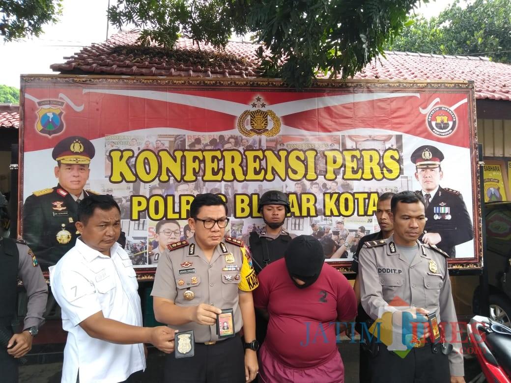 Polisi mengamankan pelaku oknum wartawan dan barang bukti tindak kejahatan.(Foto : Team BlitarTIMES)