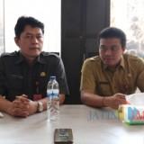 Sekda Kabupaten Kediri Dede Sujana (kiri). (eko Arif s /JatimTimes)