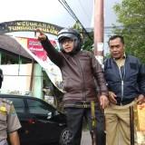 Wali Kota Malang Sutiaji (kenalan helm) didampingi Kepala Dinas PUPR Kota Malang, Hadi Santoso saat meninjau perlimaan Tunggulwulung (Pipit Anggraeni/MalangTIMES).