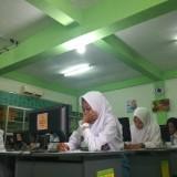 Siswi SMK Pawyatan Dhaha 2 Kota Kediri saat ini melakukan ujian. (eko Arif s /JatimTimes)